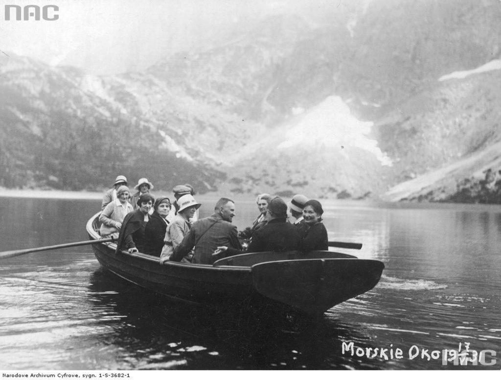 grupa-turystow-podczas-przejaz%cc%87dz%cc%87ki-lodzia%cc%a8-po-jeziorze_anetaniezajac